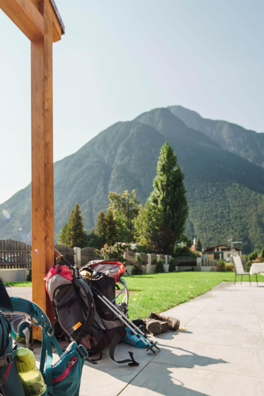 Wanderrucksack und Berge